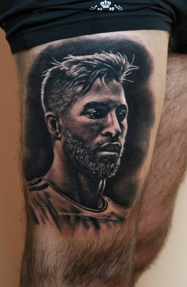 Tatuaje retrato de estilo black and grey de Sergio Ramos.