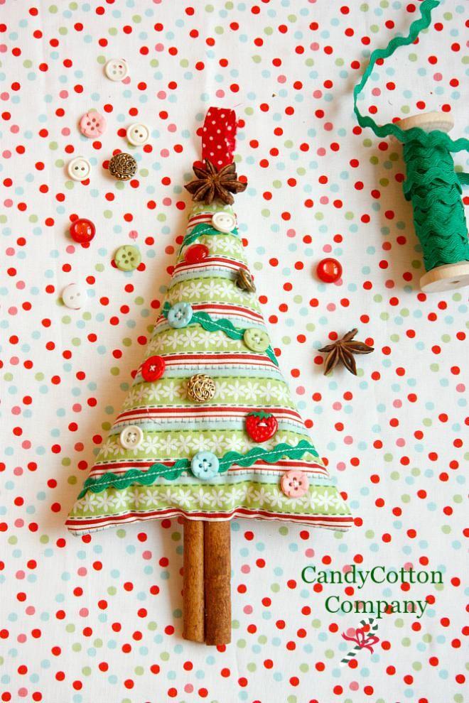 Na tento voňavý vianočný stromček (celkom iný ako tie voňavé stromčeky v taxíkoch) nepotrebujete žiadne špeciálne zručnosti, len základy šitia (teda vedieť spraviť steh aspoň trochu rovno a prišíva...