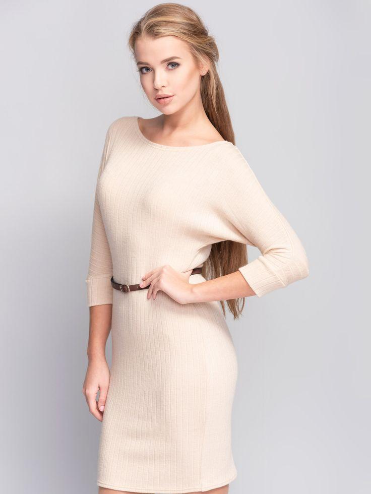 Trykotażowa sukienka w spokojnym kremowym kolorze. Prosty krój, idelanie leży na…