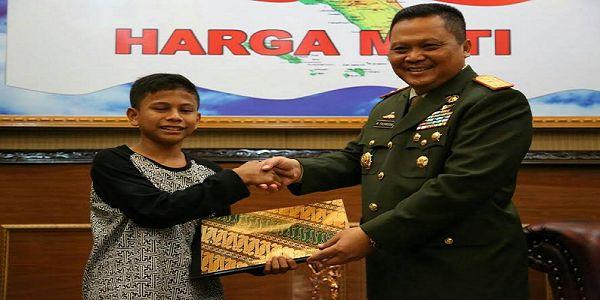 Alhamdulillah.. Pangdam Iskandar Muda Berikan Beasiswa Bagi Naufal si Penemu Listrik dari Pohon Kedondong