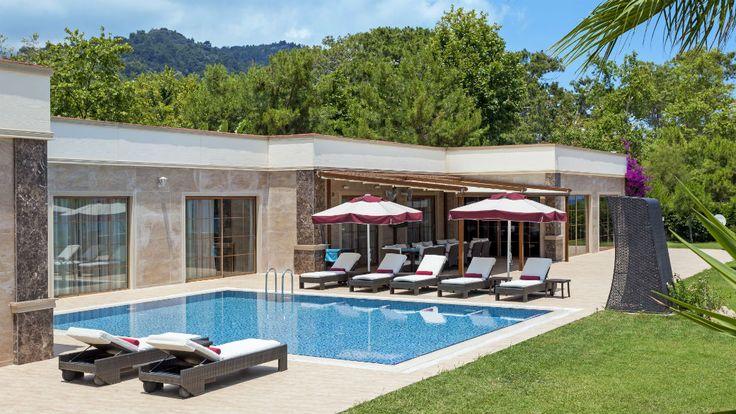 Роскошная и исключительно комфортная California вилла класса люкс, созданна для отдыха избранных гостей. Уникальная вилла находятся непосредственно на берегу Средиземного моря на территории площадью 1100 м², с садом площадью 2500 м², с приватным пирсом и павильоном на нем, а также собственным пляжем. Приватный крытый бассейн и бассейн на открытом воздухе с подогревом. 5 спален, 1 комната для прислуги, дом для охраны, гостиная, столовая, кухня, рабочий кабинет, турецкая баня, фитнес салон.