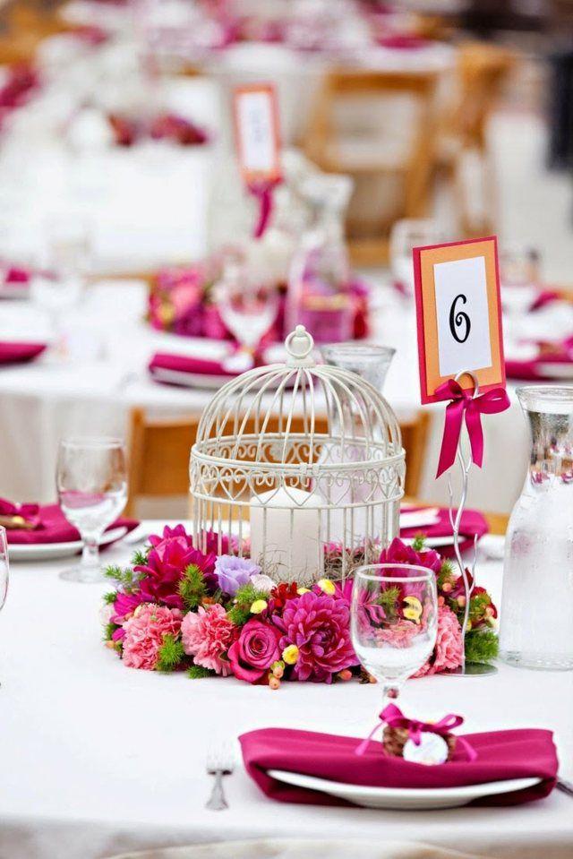 Hochzeitsdeko für den Tisch - Blumenkranz und Kerze in einem weißen Käfig
