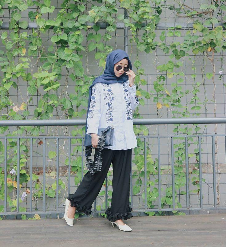 Outfit Baju Remaja Berhijab Ala Selebgram 2018 Tunik Blouse Top Biru Langit Pashmina Sling Bag Biru Tua Straps Pallazo Cullotes Cip Gaya Busana Gaya Gaya Hijab