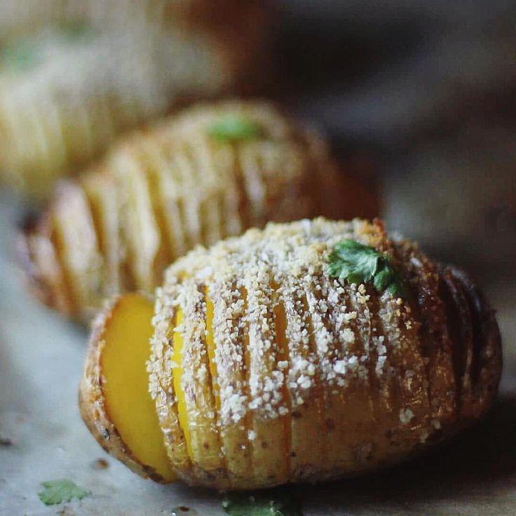 Baked potato sprinkled w garlic, herbs & parmesan cheese: Potatoes Olive oil Bread crumbes Sea salt (örter, vitlök, att blanda i olja + riven ost att strö över, fav recept) ... Cut tatter and put on herb-garlic/oil-mix and bread crumbs/cheese. Top with some sea salt. Bake in oven 20mins (225 degrees)  #potatis#potatoes#hasselbackspotatis#dinner#lördag#fredagsmys