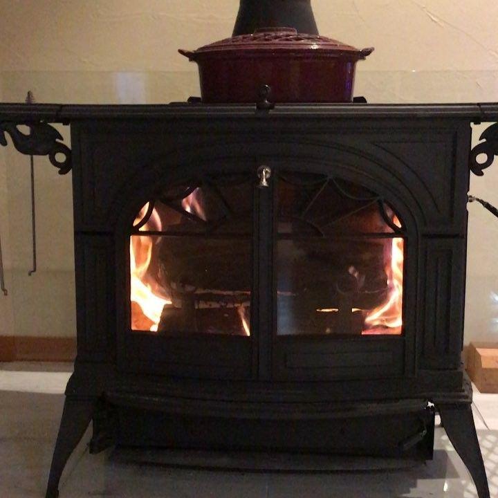 Light on fire for freezing cold night:-) #woodstove #vermontcasting #defiant #renewableenergy #woodstovelife #biomassenergy #carbonnuetral #oiwake #karuizawa #valeriecarter