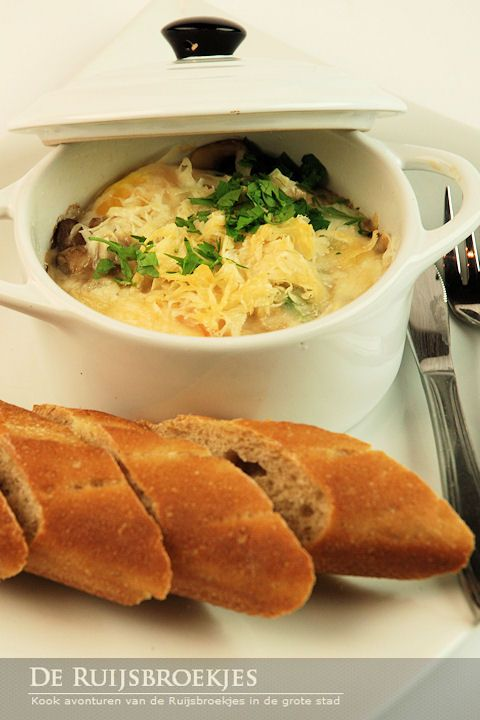Eieren met champignons en parmazaanse kaas in een minipannetje