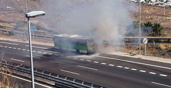 Imagen de la guagua ardiendo en la autopista. | DA