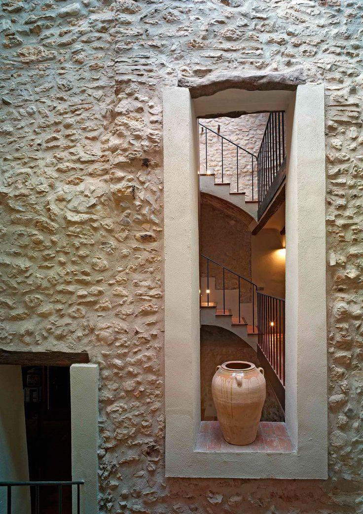 con races vigas columnas y paredes de piedra vista que