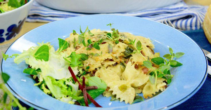 Smörstekt purjolök och bacon och generöst med parmesanost ger denna pastagratäng…