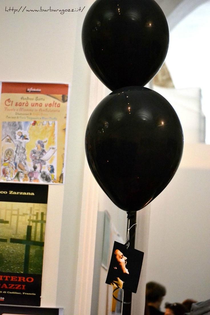Palloncini neri tra i libri.  Buk 2012, Modena.  Foto di Bg
