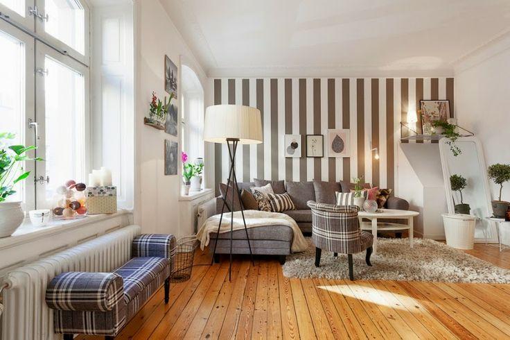 białe wnętrza, salon, szarość, szary, kratka, kanapa, sofa, fotel, lampa, stolik, tapeta w paski