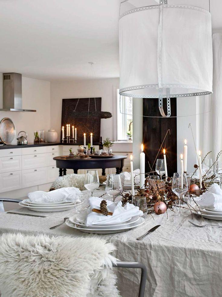 Allt är klart för att fira jul i familjen Johnsson-Berntssons vackra sekelskiftesvilla. Matbordet är dukat för julmys. På en grov linneduk, vars struktur ger en gedigen och bohemisk känsla, står tända ljus omgärdade av lärkgrenar, kottar och puderrosa julgranskulor. Varje tallrik är omsorgsfullt pyntad med linneservett, kottar och kanel. På stolarna ligger mjuka fårskinn som bidrar till den ombonade känslan.