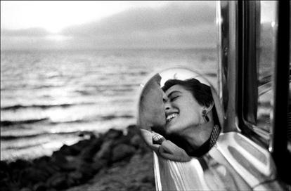 California Kiss, 1955: Elliott Erwitt, A Kiss, Idea, Ellioterwitt, California, Elliot Erwitt, Elliotterwitt, Romance, Photo