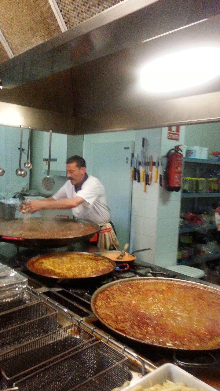 Restaurante el Nacimiento  Vista de la cocina. A la rica paella ¿te gusta?
