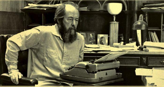 Александр Солженицын в рабочем кабинете.