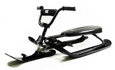 Skibobs von STIGA sind sehr hochwertige Wintersportgeräte und bringen enormen Fahrspass auf jeder Piste. Der Snowracer X-treme besticht durch das fahrradähnliche Lenkrad und dessen einzigartiges Fahrgefühl. Die Lenkradstange ist mit Schaumstoff gepolstert. Die Griffe sind rutschfest. Die PRO Ausführung hat eine automatische Zugseileinrichtung. Dieser Skibob ist mit dem STIGA Curve Ski-System ausgestattet. Die Skier sind Twin-Top geformt und der Vorderski ist ein Carving Ski.