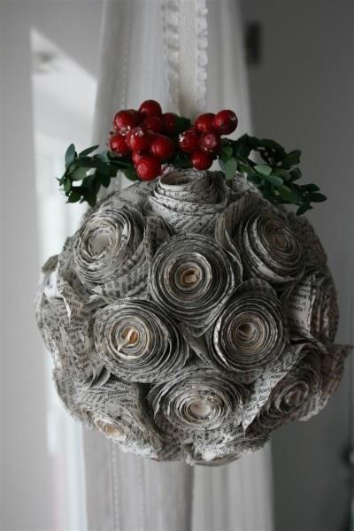 bola de isopor decorada com jornal enrolado