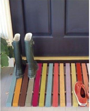 Idée de paillasson coloré pour votre entrée... simple, pas cher. L'idée en plus : faite peinte le caillebotis par vos enfants un mercredi après midi !