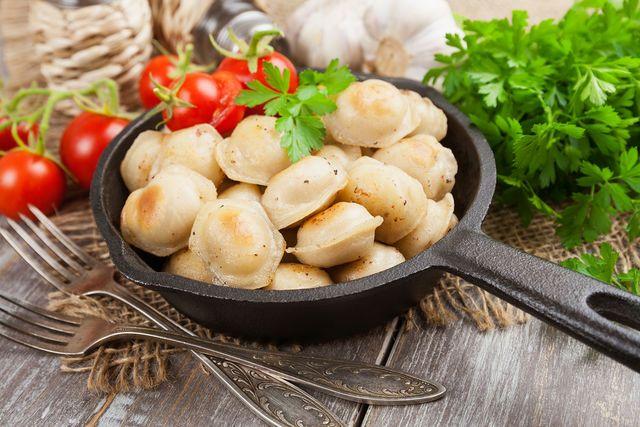 Пельмени также готовят в духовом шкафу или на пару, жарят на сковороде