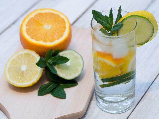 Resep Favorit Infused Water Untuk Kesehatanmu - Lemon dan jeruk cocok untuk detoksifikasi racun dalam tubuh. Cara membuatnya mudah kok. Kupas kulit kedua bahan untuk menghilangkan rasa pahit. Lalu, masukkan 2 – 3 potongan jeruk dan lemon ke dalam satu liter air. Diamkan dalam lemari es selama 4 hingga 6 jam. Kesegarannya pun dapat kamu nikmati.