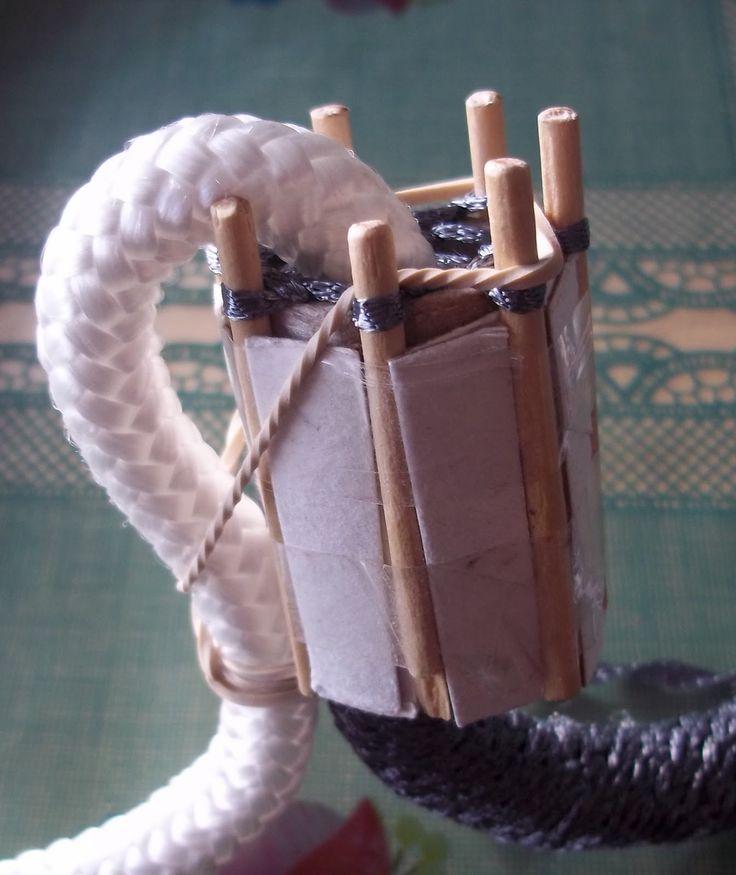 Como queria unas asas gorditas se me ocurrió montar un telarín y ponerle dentro una cuerda              Se me escaparon los puntos. ...