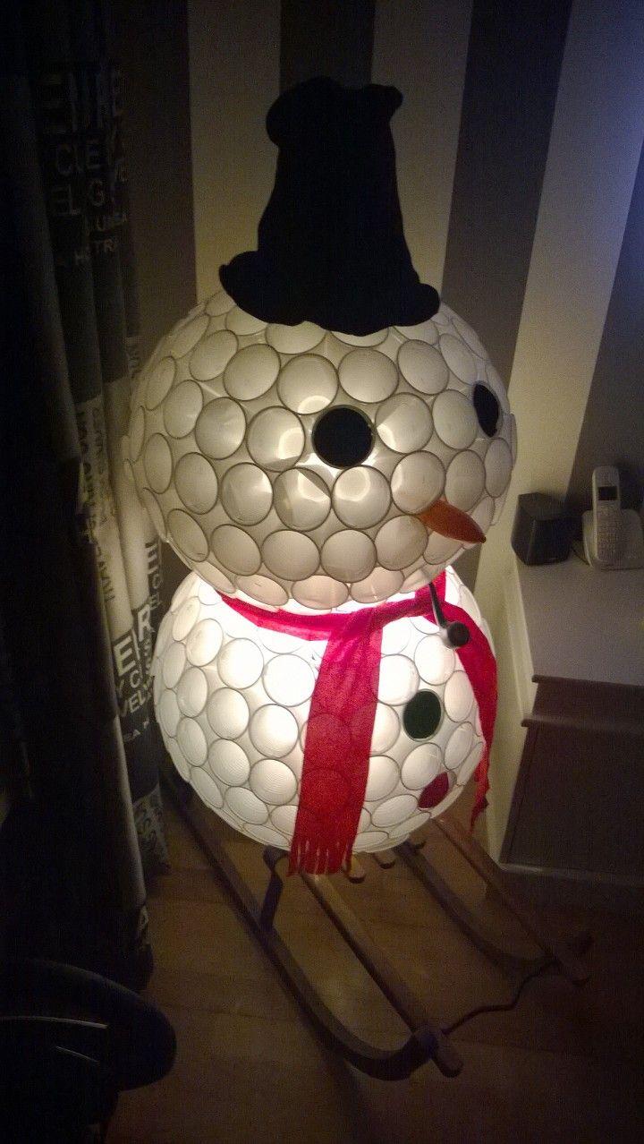 sneeuwpop gemaakt van plastic bekertjes