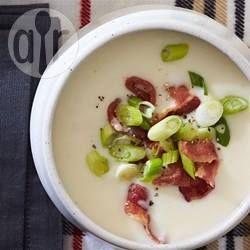 Een heerlijke soep, vol van smaak. De aardappels worden in de magnetron gekookt en dan met melk, spek, lente-ui, kaas en zure room gemengd en verder bereid. Lekker met een stuk knapperig brood.