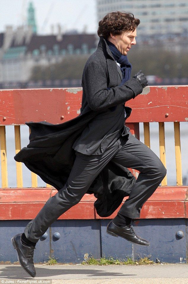 Akció!  Benedict Cumberbatch futásnak a Vauxhall Bridge London a forgatás alatt a közelgő negyedik sorozat Sherlock szerdán