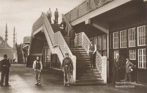 Alman firması tarafından 1912 yılında inşa edilen Eski Galata Köprüsü'nün ilk günlerinde çekilen bir fotoğraf.
