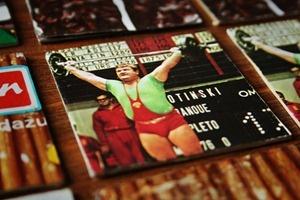 http://nachgemacht.blogspot.de - In Kürze eröffnen die Olympischen Spiele 2012 in London. Auch für die DDR hatten die Spiele große Bedeutung – der Staat erlangte durch die Wettkämpfe internationale Legitimation und hatte eine Erfolgsbilanz die bereits in den 60ern den Klassenfeind ins Staunen versetzte. Das nachgebastelte Memory-Spiel aus den 60er Jahren bildet auch einige Sportereignisse ab und veranlasst uns zu einer Rückschau auf die Bedeutung Olympias für die DDR.
