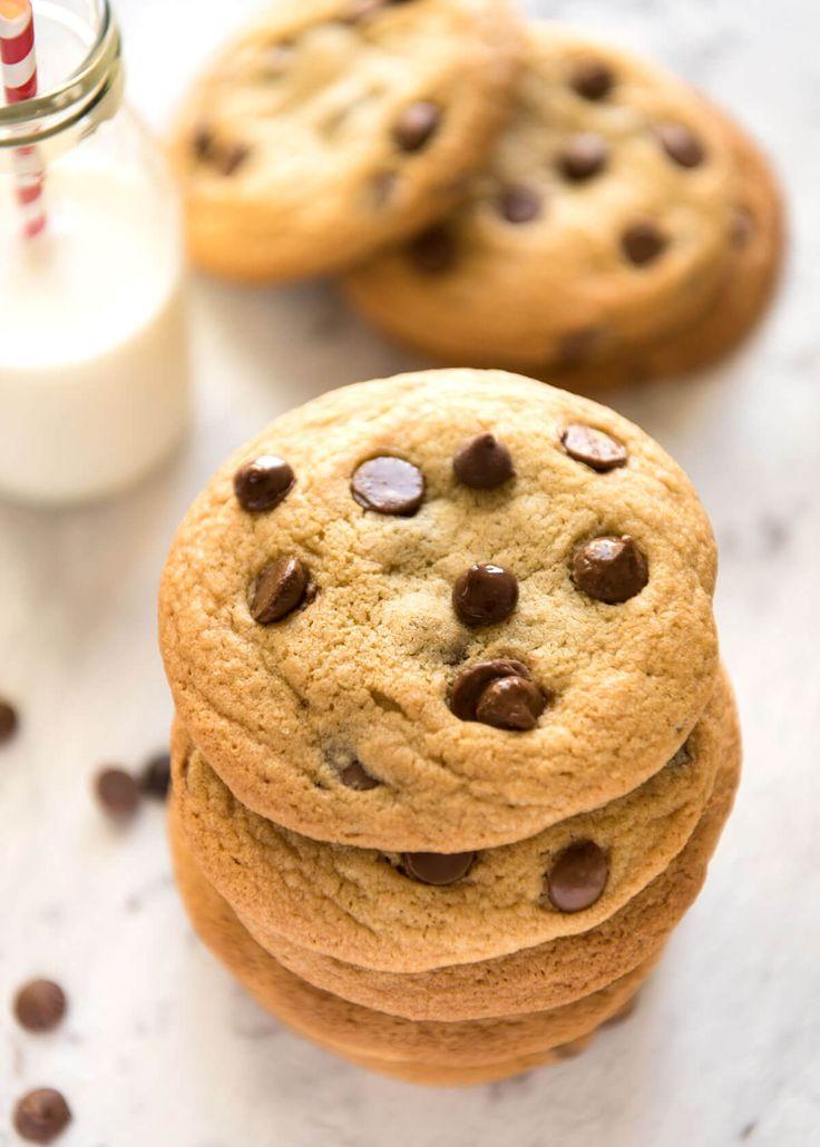 Miracle Cookies SOFT Chocolate Chip che sono quasi incredibilmente facile - senza burro scrematura, nessun battitore, refrigerazione e pasta di rotolamento.  Si tratta di magico!  www.recipetineats.com