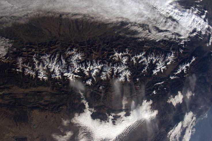 https://flic.kr/p/QnYjmS | Pyrenees | Another view of the Pyrenees: all the valleys are oriented from south to north… except one, it seems  Une photo de neige avant de passer au printemps: les Pyrénées. On dirait que toutes les vallées sauf une sont orientées S/N  Credits: ESA/NASA  137E2077