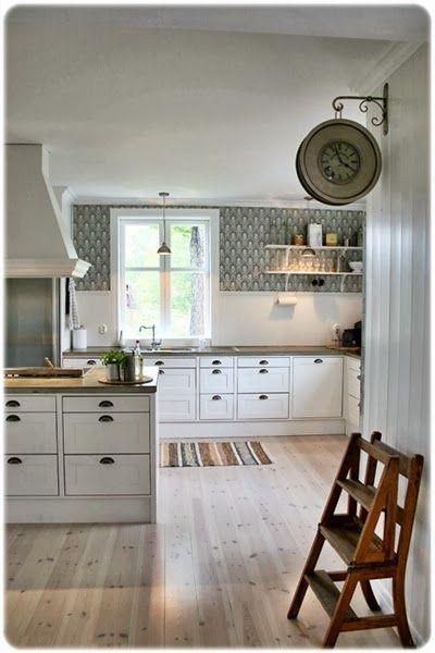 Fint gammeldags kök. Fint med avdelad vägg kakel/tapet. Inbyggda lådor. Väggklockan.