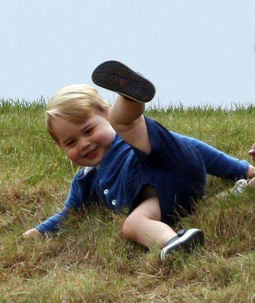 Le prince George à Tetbury, le 14 juin 2015Sympa une journée à la campagne à s'amuser dans l'herbe. Ce dimanche, le petit prince George est allé avec sa maman la duchesse de Cambridge, née Kate Middleton, voir son papa le prince William jouer au polo.