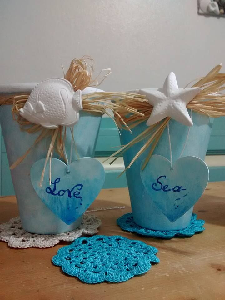Sotto vasi in terracotta dipinti e decorati con gessetti profumati in stile marino.