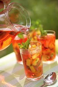 In de lente en de zomer maak je met een goede Prosecco een heerlijke vruchtenbowl. In een glazen schenkkan of schaal schenk je de Prosecco...