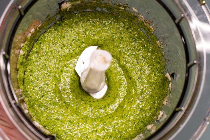 Alle Zutaten des Rucola-Pestos werden im Universalzerkleinerer verarbeitet, bis die Konsistenz in Ordnung ist.