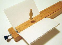 LOUET hace unas pocas herramientas para la encuadernación, como este calibre…