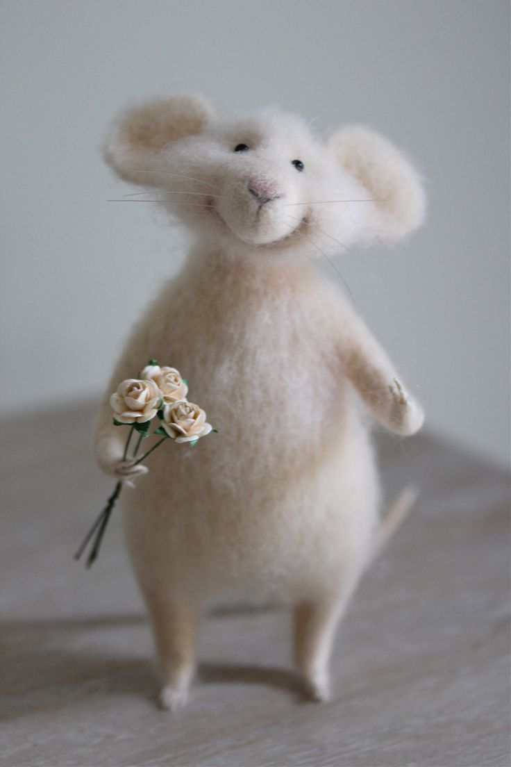 That smile ....  <3   needle felted mouse with bouquet, валяная мышка