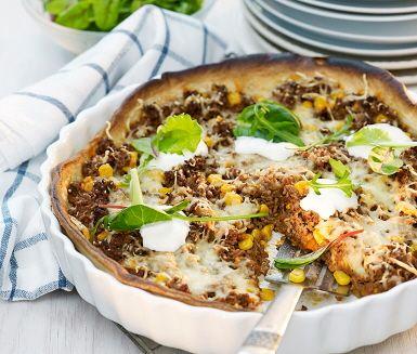 Köttfärspaj är ett lantligt och trivsamt middagsalternativ, som passar både stora och små magar. Grädda degen i ugn och laga till den matiga fyllningen, med bland annat nötfärs, lök, tomat, majskorn och kryddmix fajitas. Fördela röran i pajformen, strö över osten och grädda mitt i ugnen 10-15 minuter. Servera den imponerande pajen med gräddfil och sallad.