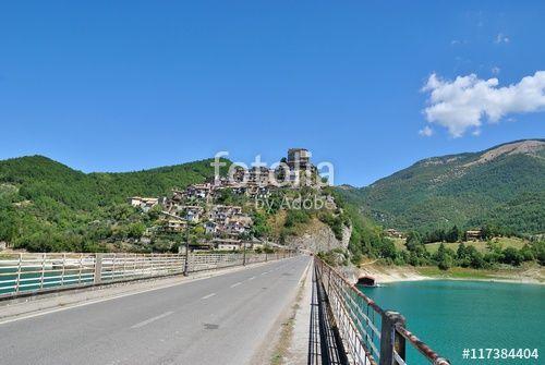 Veduta di Castel di Tora sul Lago del Turano - Chieti - Lazio - Italia