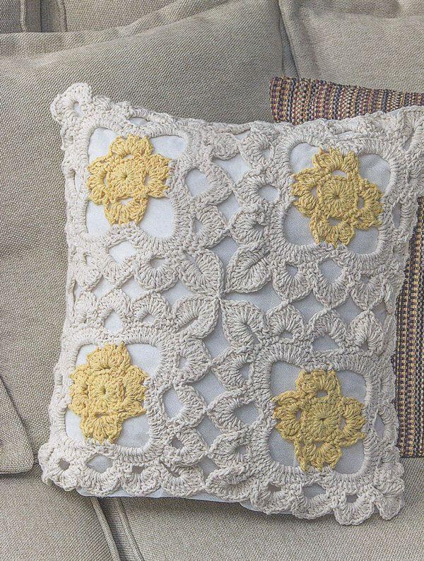 Clique e baixe grátis a receita da Capa de Almofada Marguerite em crochê. Acompanhe o passo a passo pelo gráfico e os ponto do trabalho.