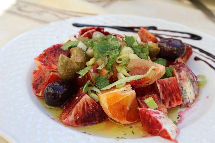 Det här är en typisk vårsallad. Tarocchi-apelsinerna, de sicilianska blodapelsinerna, är som sötast, och salladslöken är i högsäsong. Apelsinerna är dessutom väldigt vackra där de skiftar från gult…