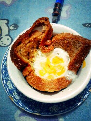 Bread & egg on the microwave.  Canasta de pan con huevo en el microondas.  (Se hace una especie de cama con la rebanada de pan integral en un recipiente para el micro. Se coloca el huevo con sal  en el medio y se lleva al micro por 1 minuto)   #Bread&Egg #eatclean #cleanfood