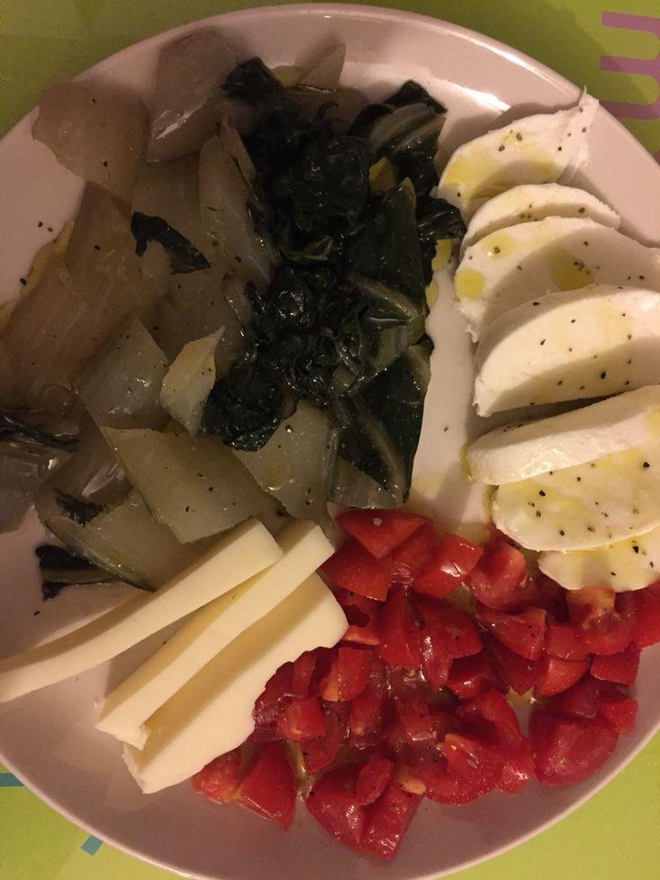 Piatto semplice e saporito: coste al vapore, mozzarella, pomodorini conditi e provola dolce. Colorato e leggero.