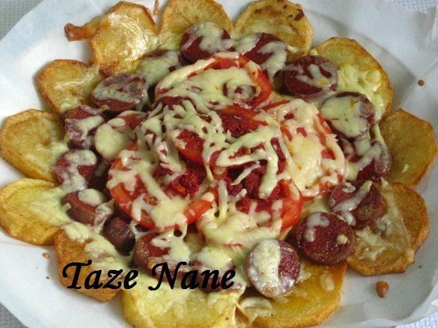 Malzemeler  4 tane patates  2 tane küçük domates 1 tatlı kaşığı köy salçası  1 yemek kaşığı tereyağ kaşar peyniri sucuk tuz kızartmak için...