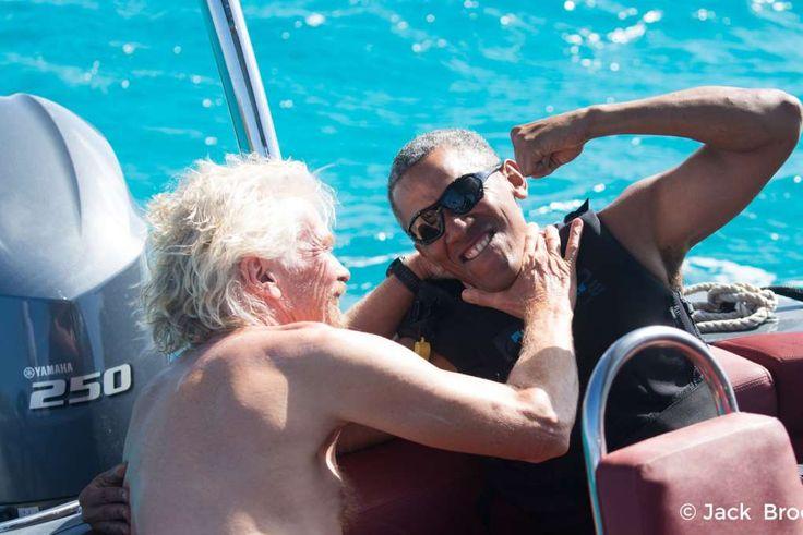 Barack Obama slapper af med Richard Branson i Caribien tidligere i år. Nu svømmer den tidligere præsident rundt i Fransk Polynesien.