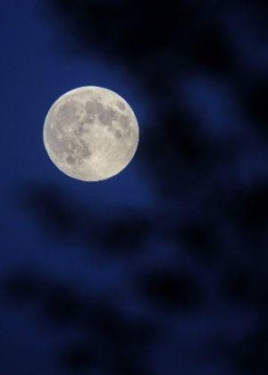 Lua brilha sobre o céu em Changchun, capital da província de Jilin na China, durante o festival do Meio-Outono que acontece no país