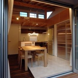 狭小土地に建つ自然素材で造る2世帯住宅の部屋 ベランダよりダイニングキッチンを見る
