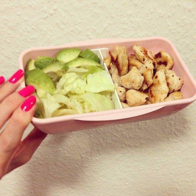 6 обед: Жареное филе на антипригарной сковородке со специями, салат айсберг, авокадо и 2 кусочка цельнозернового хлеба.